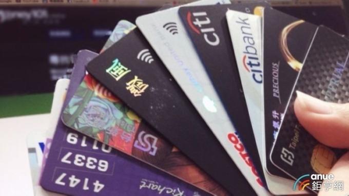 看準防疫宅經濟發燒,銀行力推信用卡線上消費優惠。(鉅亨網資料照)