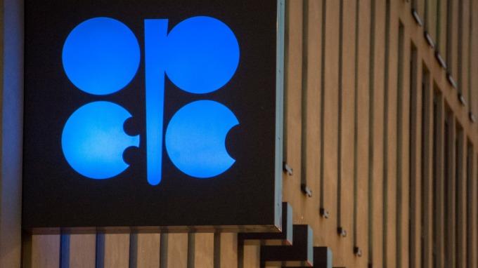 油價大跌沙國能源部長:OPEC會協調穩定市場辦法 (圖:AFP)