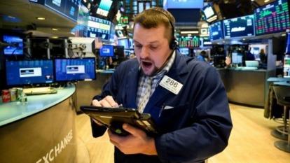 疫情衝擊股市,下一步該? (圖片:AFP)