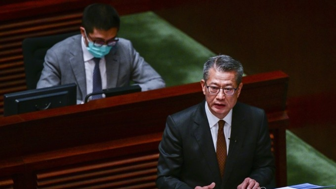 直升機撒錢來了!香港將向18歲以上市民發放港幣1萬元 (圖:AFP)