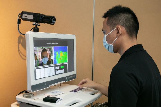 口罩與紅外線溫度一站式檢測裝置。(圖:台灣微軟提供)