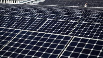 疫情導致短期缺料,經部展延太陽光電躉購費率期限2個月。(圖:AFP)