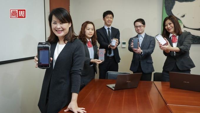 新光三越商品部副總經理歐陽慧(左1)透露,這場數位戰,公司總動員,光是美麗台電商就新增超過3千項商品。(攝影者陳宗怡)