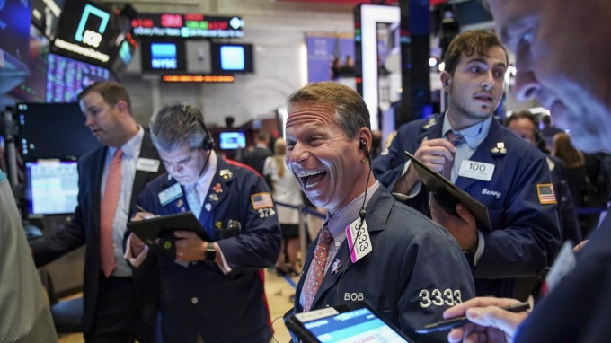 〈美股盤後〉華爾街逢低買入搶便宜 道瓊回魂漲近 1300 點(圖片:AFP)