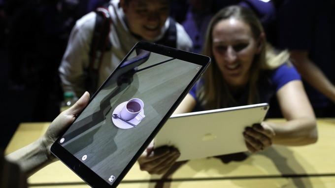 彭博報導,蘋果iPad、臉書Oculus、HP電腦缺貨。(圖:AFP)