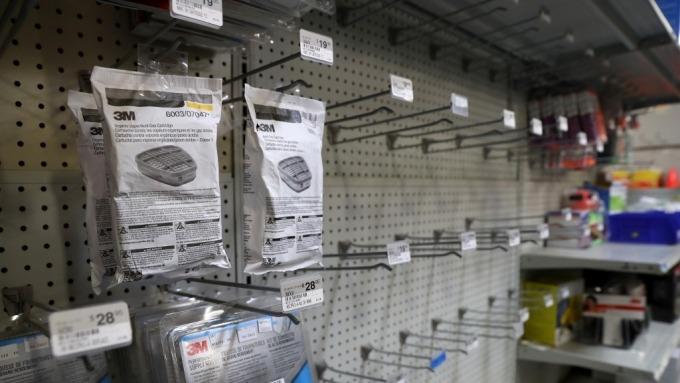 美國消費者開始「恐慌性購買」 專家建議商店及早因應(圖:AFP)
