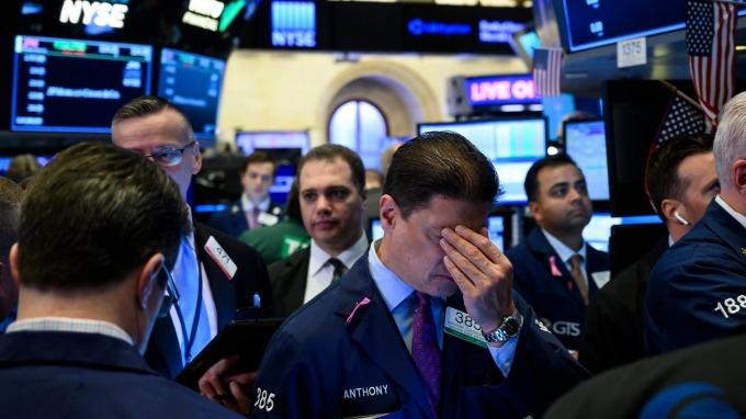〈美股盤後〉Fed突降二碼露不祥之兆 道瓊嚇跌近800點 (圖片:AFP)