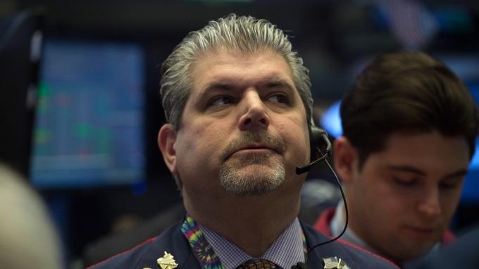 聯準會大動作降息,股市不漲反跌。(圖:AFP)