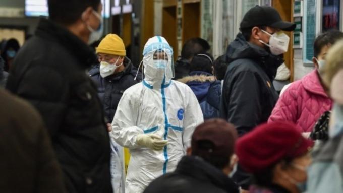 武漢肺炎疫情蔓延,銀行對於未來三個月前景看淡。(圖:AFP)