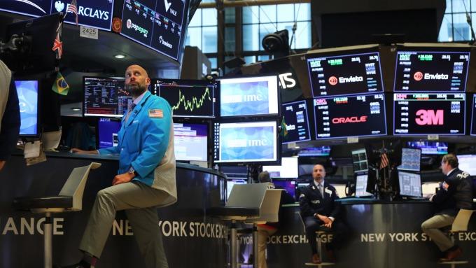 聯準會意外降息,美股為何不漲反跌?(圖:AFP)