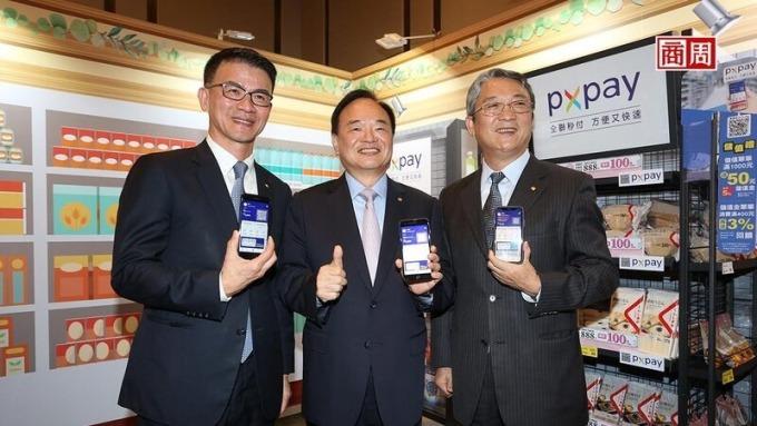 過去幾年,蔡篤昌(左起)、林敏雄、謝健南,常聯袂出席活動,被視為全聯管理階層的黃金三角。如今選在疫情期間發布人事異動,業界議論紛紛。 (攝影者:駱裕隆)