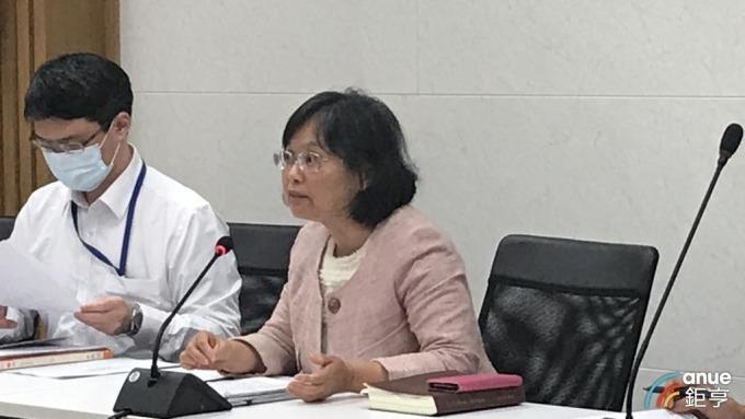 賦稅署副署長李怡慧(右)說明繳稅展延期限辦法。(鉅亨網記者郭幸宜攝)