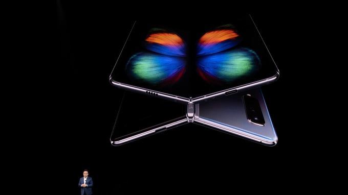 TCL折疊螢幕升級 明年推三折螢幕手機(圖片:AFP)