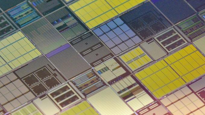 電晶體數量仍依循摩爾定律軌跡前進  (圖片:AFP)