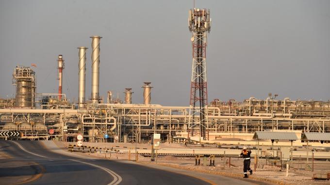 俄羅斯盼維持減產現狀 油價重挫逾4%觸2年低點  (圖:AFP)