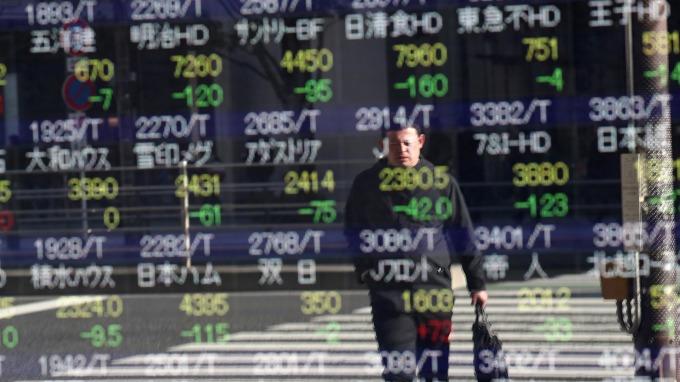 油價暴跌、日圓走強!日股盤中跌破2萬點 (圖片:AFP)