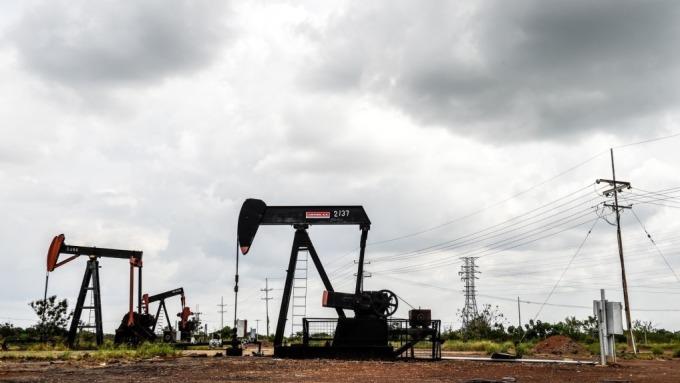 元大S&P原油正2衝113萬張天量暴跌 溢價過大、基金暫停申購。(圖:AFP)