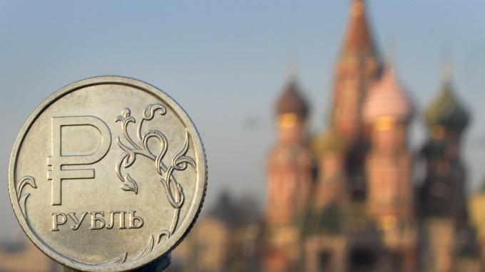 石油價格戰致盧布重挫 俄羅斯擬啟動國家財富基金救援 (圖:AFP)