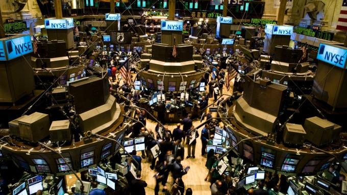 〈美股盤後〉美股搭大怒神半路熔斷 道瓊崩逾2000點 金融危機以來最慘 (圖片:AFP)