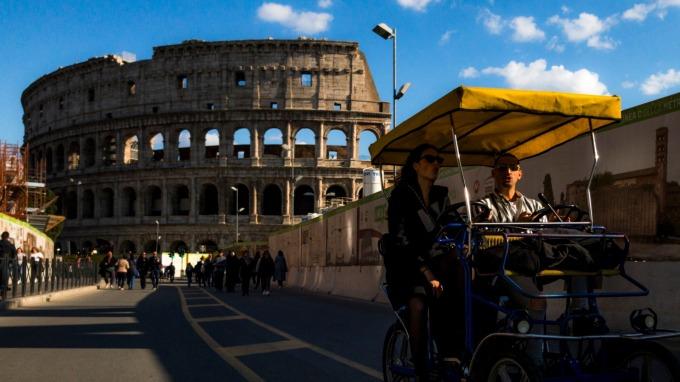 疫情失控日增1807例 義國總理孔蒂宣布「全國封鎖」。(圖片:AFP)