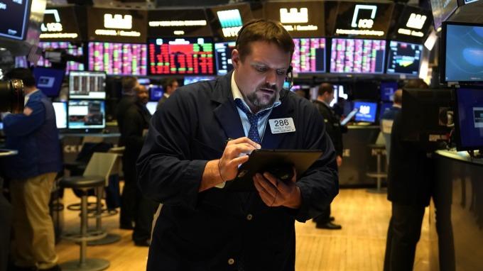 油價驟跌、美股融斷 標普抹去5兆市值(圖片:AFP)