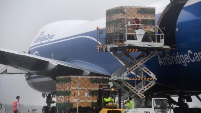 飛行航班驟減 空運貨物運價大幅攀高 (圖:AFP)