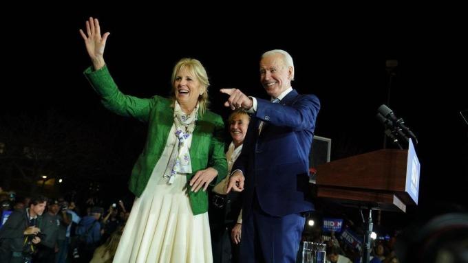 拜登的妻子吉爾陪同出席選舉造勢活動。(網路截圖:facebook/Joe Biden/鏡週刊提供)