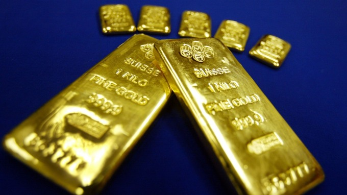 〈貴金屬盤後〉各國刺激財政 美元飆漲 黃金連4跌創8年多最大單週跌幅(圖片:AFP)