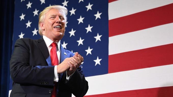 如願以償!Fed 一口氣降息至零 川普:我非常高興。(圖片:AFP)