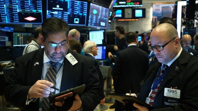 Fed二度意外降息!道瓊期貨觸發「跌停」血洗逾1000點 (圖片:AFP)