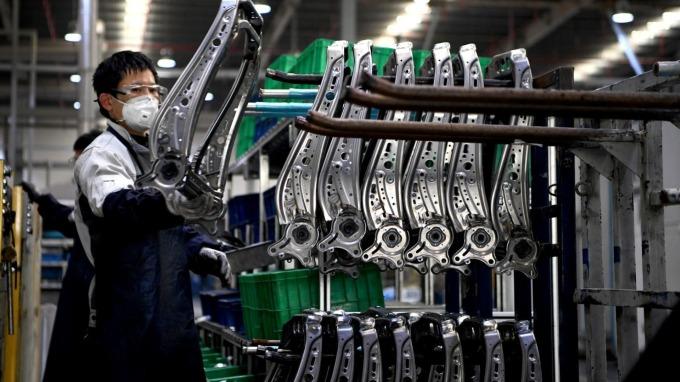 中國1-2月工業生產萎縮10.3%,為30年最大降幅。(圖:AFP)