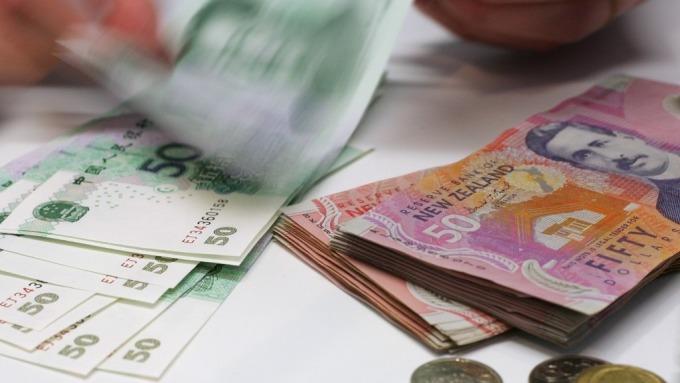 紐西蘭央行緊急降息3碼 紐幣急跌後回穩 (圖:AFP)