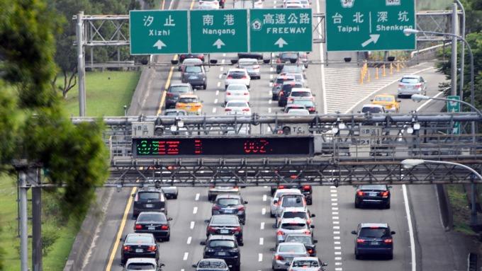 交通部再祭紓困 五大類汽車運輸業汽燃費減半。(圖:AFP)