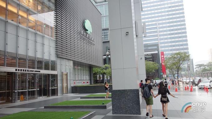 信義區A辦空置率降至2.61%,區域內有10棟商辦大樓站穩每坪月租3000元。(鉅亨網記者張欽發攝)