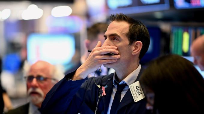 美股熔斷!道瓊恢復交易後持續崩逾 2000 點 回吐川普上任以來漲幅   (圖片:AFP)
