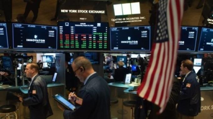 道瓊早盤再跌逾4百點 美元指數狂飆至102  (圖:AFP)