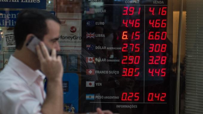 加州頒禁令、全美確診破萬 美元自三年高點滑落(圖片:AFP)