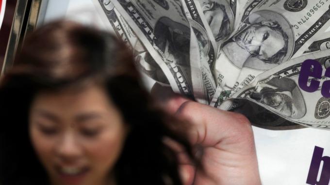 全球瘋搶美元 人民幣狂貶逾850基點 逾5個月新低  (圖片:AFP)