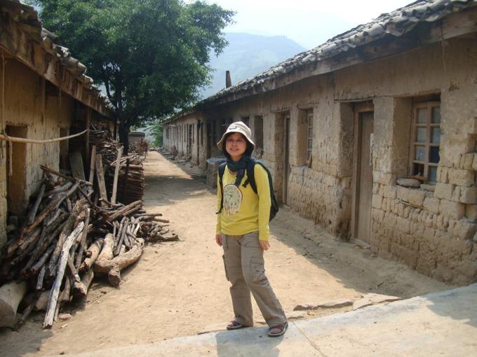 劉紹華親身走訪中國麻風村進行田野研究。長年的研究中,麻風病人的生命韌性帶給她無數感動,她也從麻風醫生與救助者身上,看見可貴的人性。 圖片來源│劉紹華