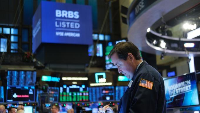 〈美股盤後〉無限QE來了!美經濟刺激計畫難產  道瓊慘跌3% 費半喜漲3% (圖片:AFP)