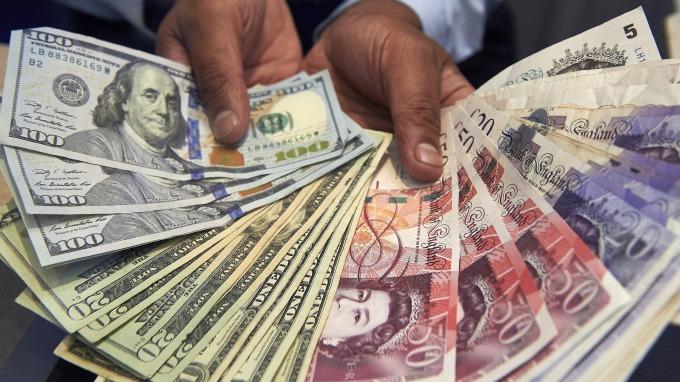 〈紐約匯市〉財政刺激雙管齊下 美元續回落 英鎊駛離35年低點(圖片:AFP)