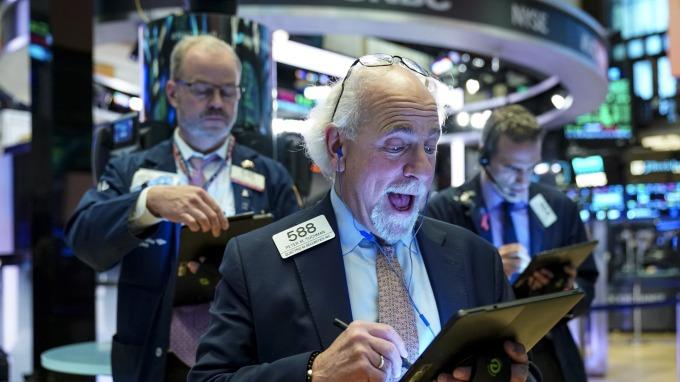美股最後1小時急跌,道瓊收漲近500點,自2月來首度連續收紅(圖片:AFP)