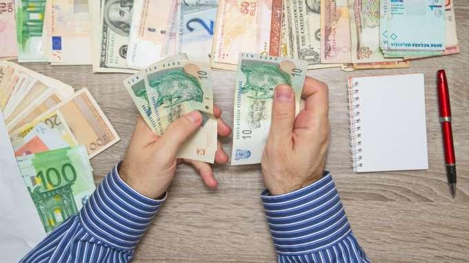 買基金外幣計價怎麼挑?兩大關鍵想清楚。(圖:shutterstock)