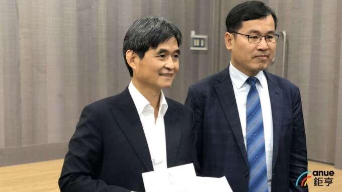 左為文曄董事長鄭文宗。