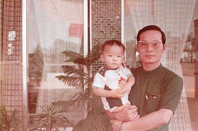 張仕育(左)是獨子,在父親張鎬洺(右)的要求下,大學念的是電機工程。(張仕育提供)