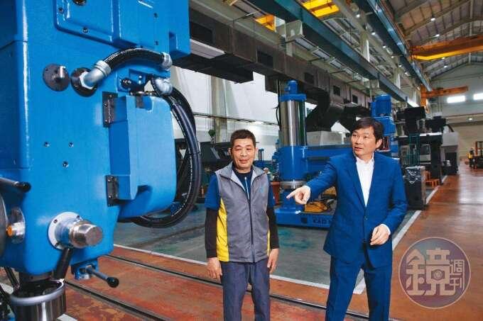 張仕育(右)從小在工廠長大,國中時就被父親叫去學配電、鎖螺絲,對機械設備相當熟稔。