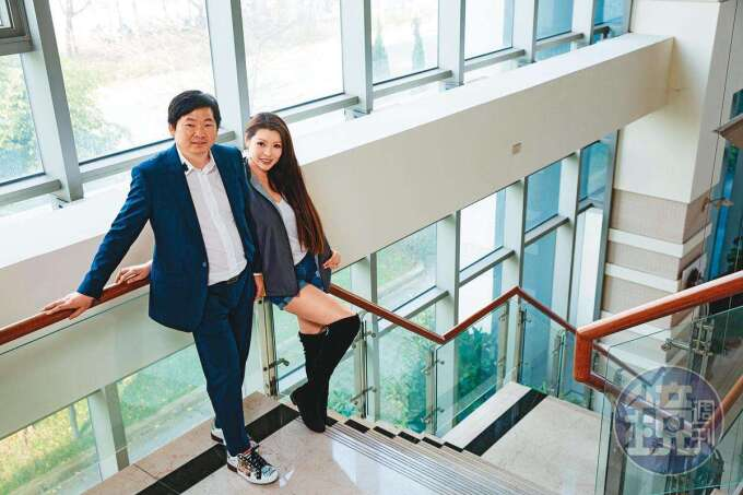 2 年前,張仕育(左)迎娶名模殷琦(右)。