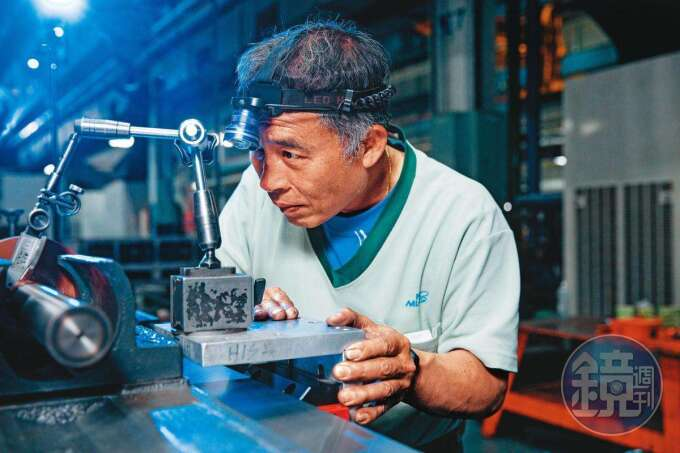 「鏟花」是精密工具機有基本準確度的起點,要靠師傅的巧手一刀一刀鏟出精度。
