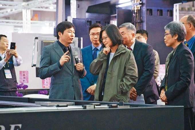 每年的台北工具機展,張仕育(左)都親上第一線坐鎮,前中為總統蔡英文。(總統府提供)