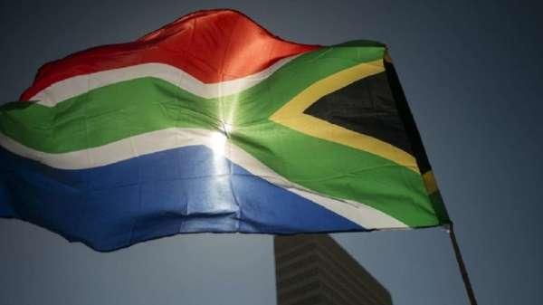 南非債信淪入垃圾級 殖利率飆到12% 蘭特再創歷史新低。(圖:AFP)